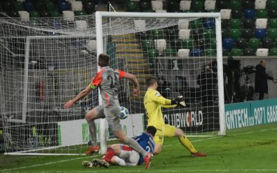 Linfield beat Larne with Lavery's double in top-two showdown